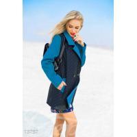 Контрастное двубортное пальто в горошек